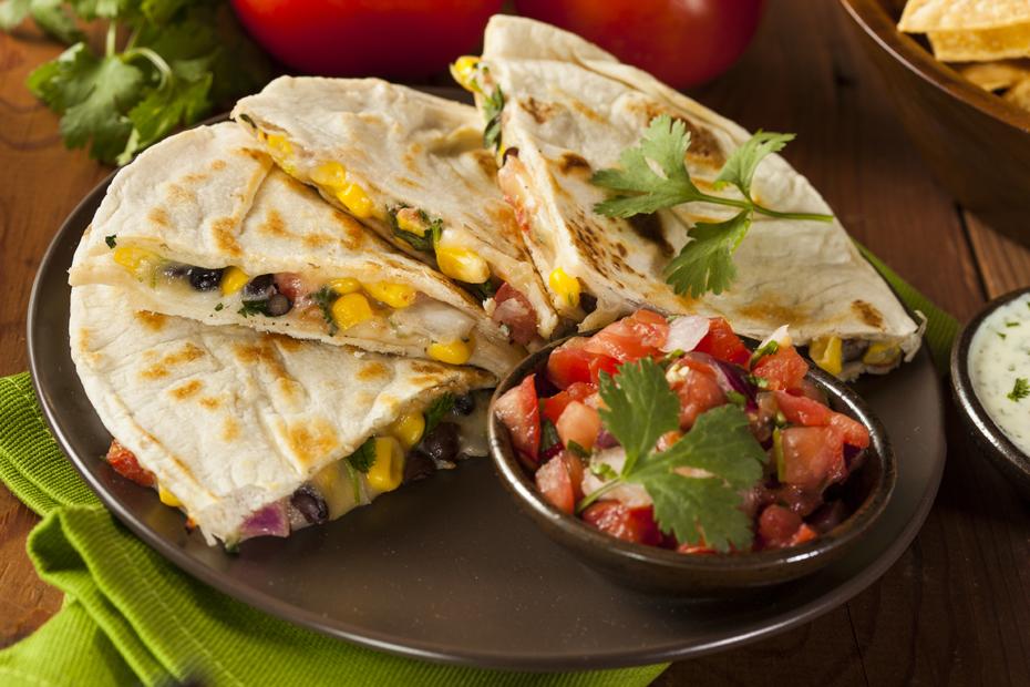 Eine Mexikanische Quesadillas mit Poulet, Gemüse und Guacamole ist immer ein Erfolg auf einer Party oder beim Abend mit Freunden.