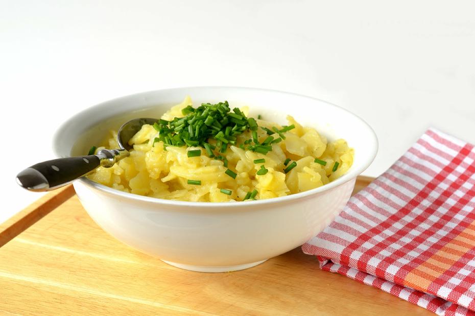 Ein echter schwäbischer Kartoffelsalat, verwendet für das Dressing keine Mayonnaise und passt perfekt zum BBQ