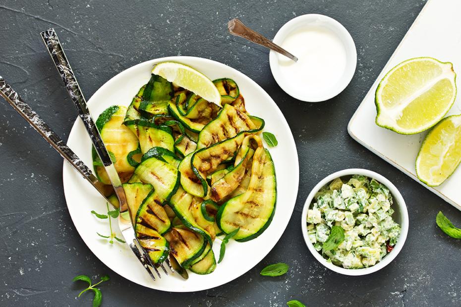 Gegrillte Zucchini mit Minze ist ein frischer Sommersalat, der bei keinem BBQ fehlen darf.