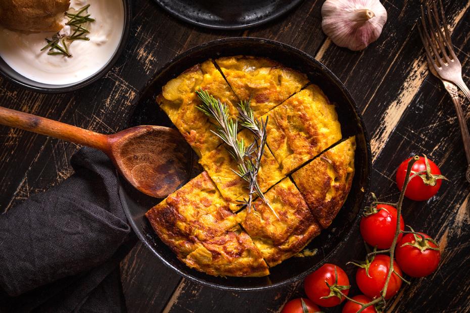 Eine Tortilla española ist ein spanisches Omelett aus Eiern mit Kartoffeln und Zwiebeln.